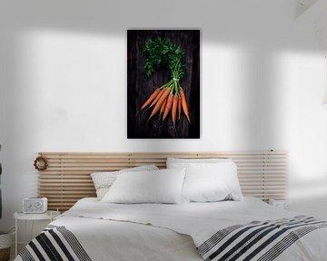 Bouquet de carottes avec des feuilles vertes fraîches sur une planche de bois rustique foncé, vue de sur Maren Winter