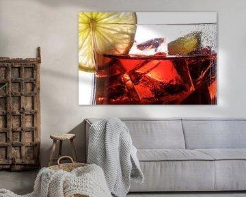 rode cocktail, close-up van een gemengde drank van bessen, kalk en ijs, met of zonder alcohol, witte van Maren Winter