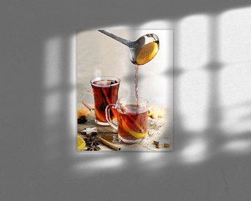 het schenken van glühwein in glazen mokken, kerstkoekjes en kruiden zoals sinaasappelschijfjes, krui van Maren Winter