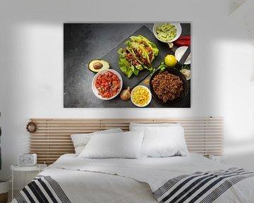 mexicaanse taco's en ingrediënten zoals gebakken gemalen rundvlees, tomatensalsa, guacamole, maïs en van Maren Winter