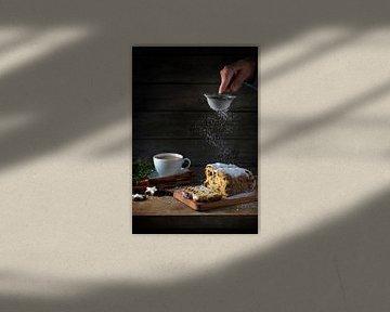 gâteau de noël, en allemagne, christstollen est saupoudré de sucre glace, de tasse à café, d'épices  sur Maren Winter