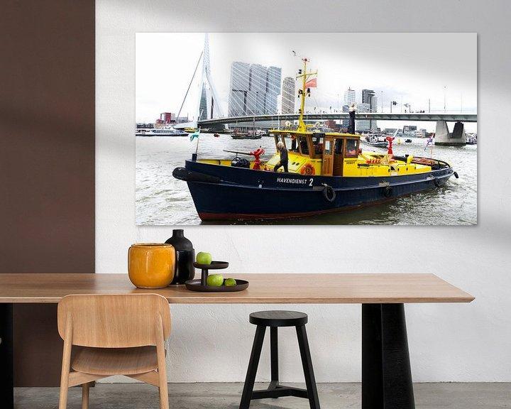 Sfeerimpressie: De Erasmusbrug in Rotterdam met een boot van de Havendienst van Tom van Vark Photography
