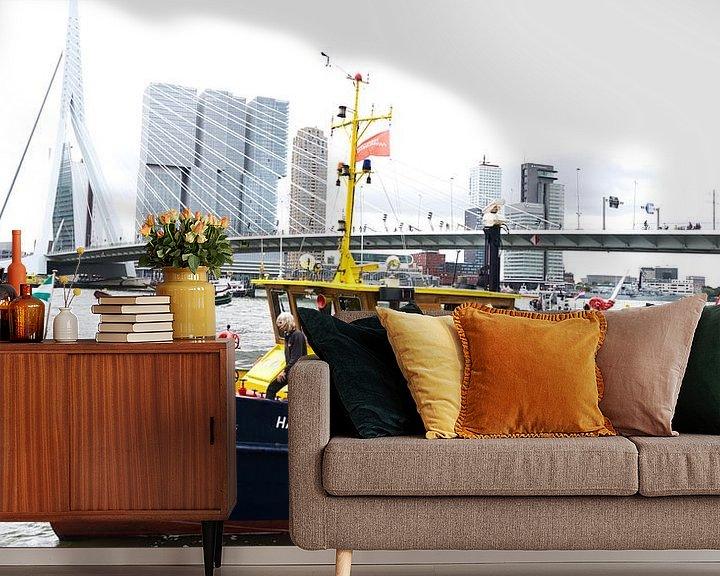 Sfeerimpressie behang: De Erasmusbrug in Rotterdam met een boot van de Havendienst van Tom van Vark Photography