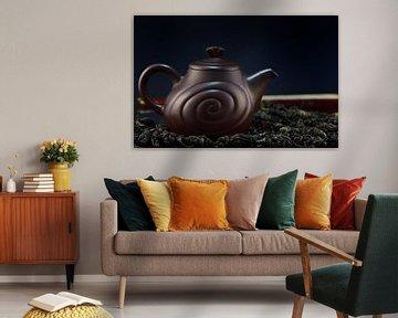 Eine braune Teekanne aus Ton mit Tee von Ulrike Leone