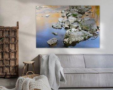 Stenen in de rivier in rustig water van Ulrike Leone