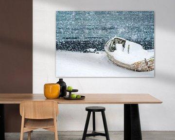 Schiffswrack in der Antarktis im Schnee. von Ron van der Stappen