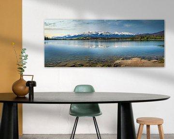 Panorama van een bergmeer op de grens van Canada en Alaska van Rietje Bulthuis