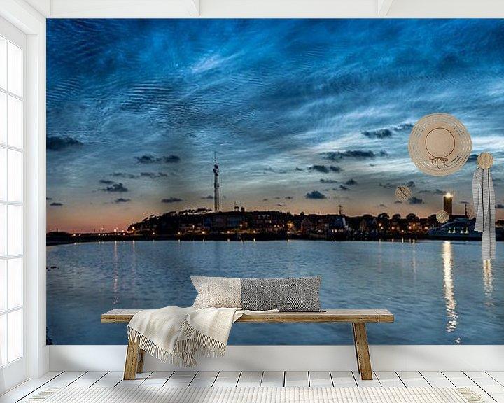 Sfeerimpressie behang: Lichtende Nachtwolken boven West-Terschelling van Marjolein van Roosmalen