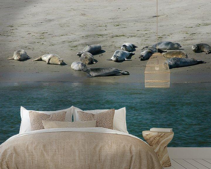 Sfeerimpressie behang: Zeehonden op de Waddenzee. van Brian Morgan