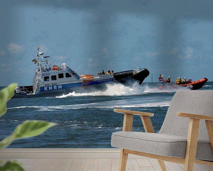 Sfeerimpressie behang: KNRM in actie op zee voor Ameland. van Brian Morgan