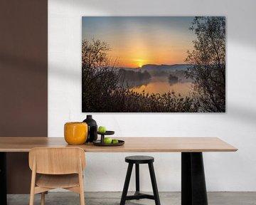 Sonnenaufgang über Hügeln an einem Fluss von Menno van der Haven