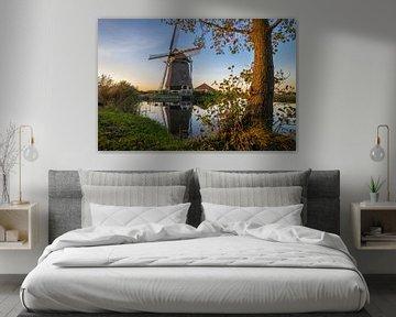 Windmühle entlang des Wassers bei Sonnenuntergang von Menno van der Haven