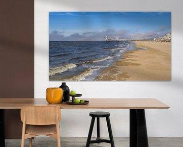Het strand en de  beroemde pier van Schevingen. Met aankomende zeemist. van ByOnkruud