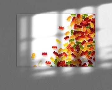 hoekachtergrond gemaakt van kleurrijke fruitgom snoepjes geïsoleerd met kleine schaduw op witte, roy van Maren Winter