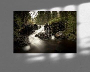 Kleiner Wasserfall in den norwegischen Wäldern von Geke Woudstra