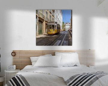 Eine Straßenbahn in Lissabon von Stewart Leiwakabessy