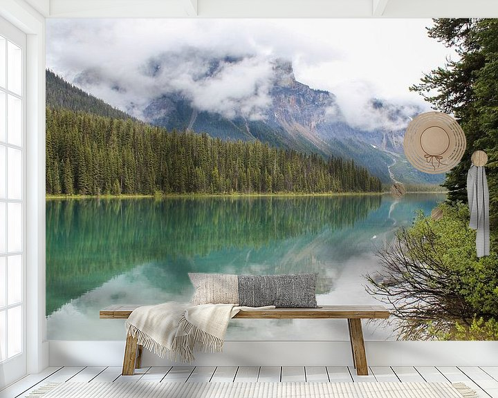 Sfeerimpressie behang: Emerald Lake in Canada van Map of Joy