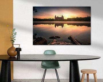 Het kasteel Johannisburg in Aschaffenburg Duitsland in de mist en de zonsopgang met reflectie van Fotos by Jan Wehnert