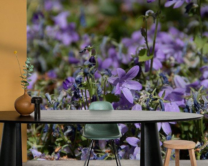 Sfeerimpressie behang: Paarse bloemen van Simen Crombez