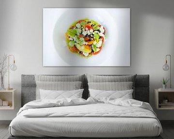 Bunter Salat auf weißem Teller präsentiert