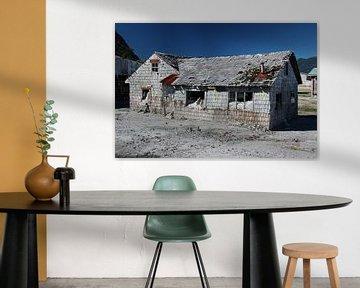 Huis in, de na een vulkaanuitbarsting verlaten spookstad, Chaitén, Chili van A. Hendriks