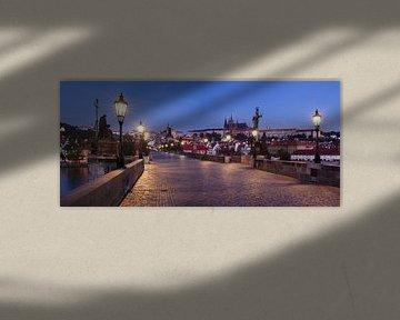 Karelsbrug op het blauwe uur, Praag van Markus Lange