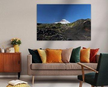 Vulcán Osorno, Chili. Lavasteen, blauwe lucht, halve maan. van A. Hendriks