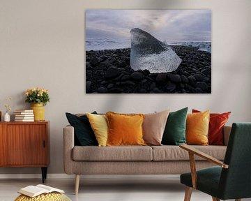 Blok ijs op het strand van IJsland van Leon Eikenaar