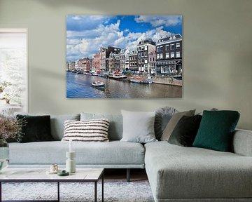 Toeristen genieten van een zonnige bout-tour in Amsterdam van Tony Vingerhoets