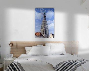 Sierlijke kerktoren tegen een bewolkte blauwe lucht van Tony Vingerhoets
