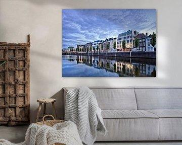 Statige herenhuizen gespiegeld in de haven bij schemering van Tony Vingerhoets