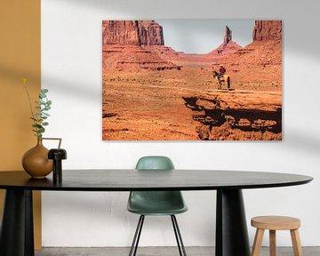 Indiaan op paard in Monument Valley van Annette van Dijk-Leek