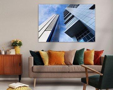 Scherp omlijnde moderne architectuur tegen een blauwe hemel. van Tony Vingerhoets