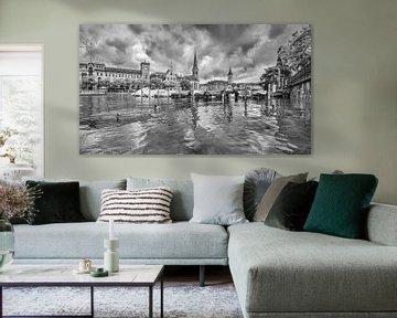 Pittoreske oude stad gezien vanaf een rivier in Zürich van Tony Vingerhoets