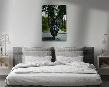 Motorrijder op een landweg van Nynke Altenburg