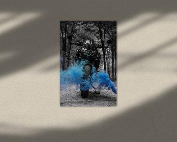 Motor met blauwe rook van Nynke Altenburg