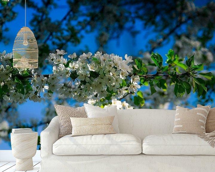 Sfeerimpressie behang: Witte bloemen van RK