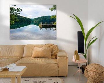 Kroatie national park. Reflectie in water met boot en bergen op de achtergrond van Déwy de Wit