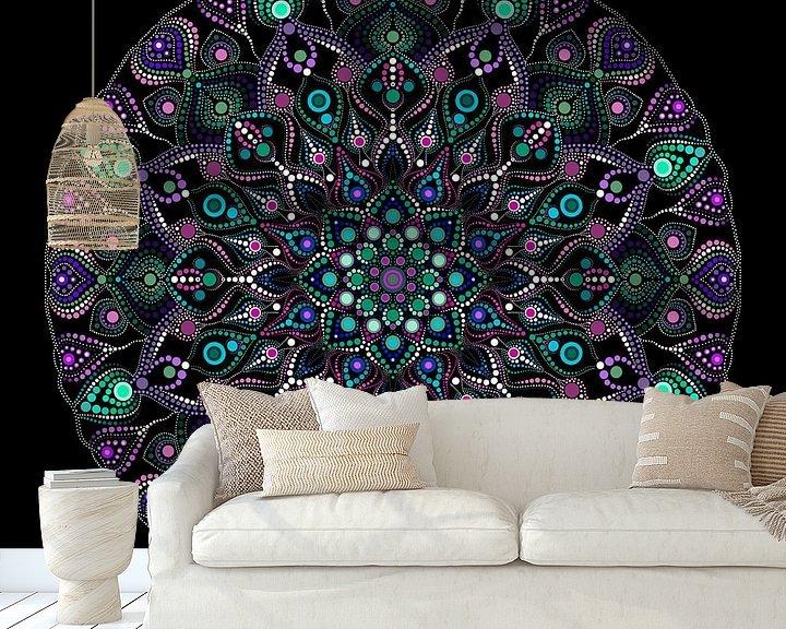 Beispiel fototapete: Großes rund gepunktetes Mandala in Blau-, Grün-, Violett- und Weißtönen auf schwarzem Hintergrund von Andie Daleboudt