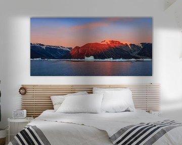 Zonsopkomst in de Rodefjord, Scoresby Sund, Groenland van Henk Meijer Photography
