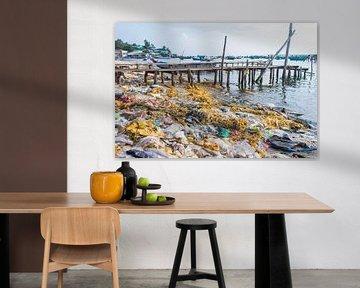 Afval op een strandje in Vietnam van Anne Zwagers