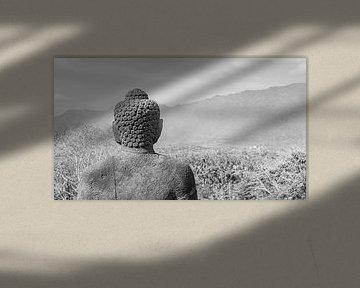 Buddhastatue blickt über das Tal Borobudur Indonesien schwarz-weiß von John Stijnman