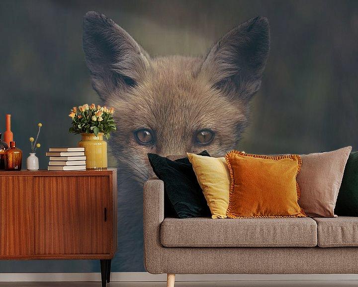 Sfeerimpressie behang: Portret van een jonge vos in de Nederlandse natuur in een dark moody setting van Maarten Oerlemans