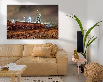 Olieraffinaderij met trein wagons 's nachts van Tony Vingerhoets