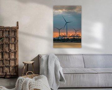 Riverbank met windmolens op gekleurde zonsondergang van Tony Vingerhoets