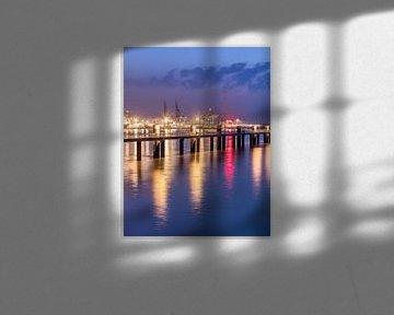 Verlichte pier tijdens blauw twilight_1 van Tony Vingerhoets