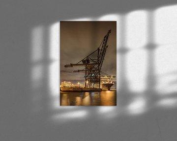 Massieve kraan op verlichte containerterminal van Tony Vingerhoets