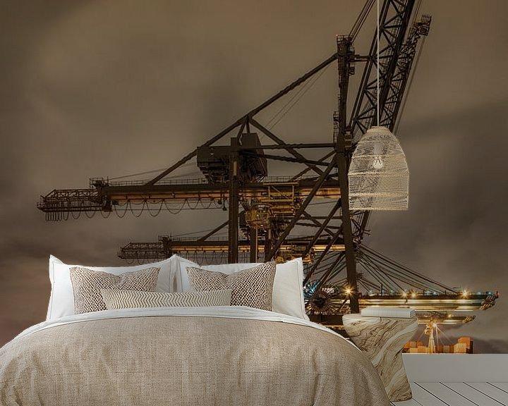 Sfeerimpressie behang: Massieve kraan op verlichte containerterminal van Tony Vingerhoets