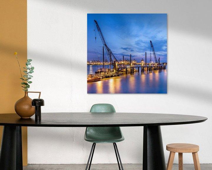 Sfeerimpressie: Verlichte pier met grote kranen op twilight_1 van Tony Vingerhoets