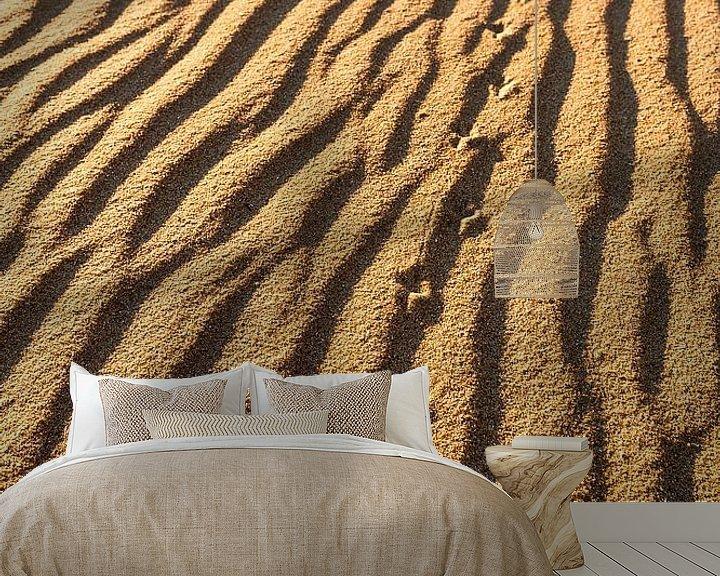 Sfeerimpressie behang: Sporen in het zand van Wouter van Woensel